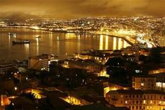 <p>A night view of Chile's biggest seaport in Valparaiso city, about 75 miles (120 km) northwest of Santiago, September 2, 2007. REUTERS/Eliseo Fernandez</p>