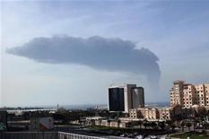 <p>Дым поднимается в небо после столкновения двух судов у побережья Дубая 10 февраля 2009 года. Нефтяной танкер Kashmir загорелся у побережья Дубая, вероятней всего из-за столкновения с контейнеровозом, сообщили источники в порту и экстренных службах. REUTERS/Jumana El Heloueh</p>