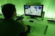 """<p>Un appassionato di videogame impegnato con """"Halo Wars"""". REUTERS/Mario Anzuoni</p>"""