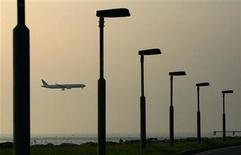 <p>A plane flies over the Hong Kong International Airport in Hong Kong May 12, 2006. REUTERS/Paul Yeung</p>
