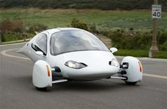<p>La Aptera, automobile a tre ruote disponibile in versione ibrida o completamente elettrica.To match feature APTERA/ REUTERS/Mike Blake (UNITED STATES)</p>