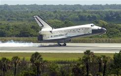 <p>Lo shuttle Discovery atterra al termine della missione STS-124 a Cape Canaveral lo scorso giugno. REUTERS/Pool/Craig Bailey</p>