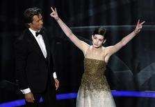 <p>Il presentatore Hugh Jackman e l'attrice Anne Hathaway nella loro esibizione all'apertura dell'81esima serata degli Oscar a Hollywood. REUTERS/Gary Hershorn (UNITED STATES) (OSCARS-SHOW)</p>