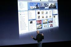 <p>La plateforme iTunes d'Apple présentée par Steve Jobs. Selon une étude du cabinet Strategy analytics, le kiosque en ligne de la firme à la pomme est devancé par le site amazon.com en Grande-Bretagne en termes de préférence pour le téléchargement de musique, films et jeux, bien qu'iTunes dispose d'une part de marché supérieure. /Photo prise le 9 septembre 2008/REUTERS/Robert Galbraith</p>
