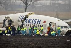 <p>Спасатели помогают пассажирам разбившегося самолета Turkish Airlines в Амстердаме 25 февраля 2009 года. Самолет авиакомпании Turkish Airlines разбился при заходе на посадку в аэропорту Амстердама Схипхол, сообщило агентство АА. REUTERS/Paul Vreeker/United Photos</p>