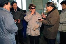 <p>Лидер КНДР Ким Чен-Ир (в центре) курит во время посещения табачной фабрики 25 февраля 2009 года. Телевидение КНДР показало лидера страны Ким Чен-Ира, бросившего курить несколько лет назад, с сигаретой в руке. REUTERS/KCNA</p>