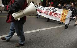 <p>Участники акции протеста идут по одной из улиц Афин 25 февраля 2009 года. В Греции в среду вновь прошли антиправительственные выступления, в которых приняли участие работники государственного сектора экономики. REUTERS/Yiorgos Karahalis</p>