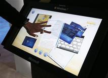 <p>Visitante da CES testa recurso de sensibilidade ao toque do Windows 7. O presidente-executivo da companhia, Steve Ballmer, disse que a Microsoft oferecerá versões do sistema adaptadas aos netbooks.</p>