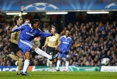<p>Didier Drogba chuta para marcar o gol do Chelsea na vitória por 1 x 0 sobre a Juventus na Liga dos Campeões, em Londres, nesta quarta-feira. REUTERS/Eddie Keogh</p>
