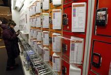 <p>Selon le cabinet d'études Gartner, les stocks des vendeurs de téléphones portables ont baissé d'environ 17 millions de combinés au 4e trimestre, reflétant les craintes des distributeurs d'un ralentissement prolongé de la demande. /Photo d'archives/REUTERS/Eric Gaillard</p>
