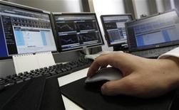 <p>Immagine d'archivio di una persona che lavora a computer. REUTERS/Toru Hanai (JAPAN)</p>