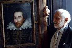 <p>Chairman of The Shakespeare Birthplace Trust, Stanley Wells, poses for photographers with a newly discovered portrait of poet William Shakespeare at Dartmouth house in London March 9, 2009. A 300 year-old portrait of Shakespeare, believed to be the only authentic image of him painted while he was alive was unveiled on Monday. REUTERS/Luke MacGregor</p>