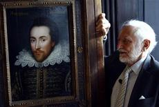 <p>Il presidente dello Shakespeare Birthplace Trust, Stanley Wells, accanto a quello che viene definito ora com l'autentico ritratto di William Shakespeare, dipinto mentre il poeta inglese era ancora in vita. REUTERS/Luke MacGregor</p>