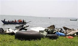 <p>Рыбаки вылавливают обломки потерпевшего крушение самолета Ил-76 в озере Виктория в Уганде 9 марта 2009 года. Грузовой самолет Ан-12, на борту которого находились одиннадцать человек - в основном, военнослужащие из Бурунди и Уганды - упал в понедельник в озеро Виктория сразу после взлета из столичного угандийского аэропорта Энтеббе, сообщили местные власти. REUTERS/James Akena</p>