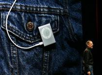 <p>Immagine d'archivio di un iPod Shuffle. REUTERS/Dino Vournas (UNITED STATES)</p>