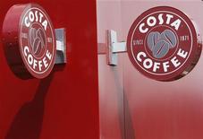 <p>Вывеска кофейни Costa Coffee в Логборо 17 июня 2008 года. Британская сеть кофеен Costa Coffee застраховала язык своего главного дегустатора Дженнаро Пеличчиа на 10 миллионов фунтов стерлингов за умение различать вкусовые дефекты сырых кофейных зерен, говорится в сообщении компании. REUTERS/Darren Staples</p>
