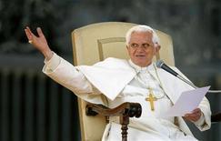 <p>Papa Benedetto XVI durante l'udienza settimanale in piazza San Pietro. REUTERS/Alessia Pierdomenico</p>