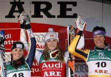 <p>Sul podio da sinistra a destra, l'italiana Nadia Fanchini , arrivata seconda, l'americana Lindsey Vonn, prima, e la terza classificata, la tedesca Maria Riesch. REUTERS/Pascal Lauener</p>