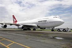 <p>Самолет Boeing 747-400 компании Qantas Airways, совершивший экстренную посадку в аэропорту Манилы 25 июля 2008 года. Филиппинский самолет с 80 пассажирами на борту был в секунде от серьезной аварии, из-за мужчины, который давал своей девушке уроки вождения на взлетно-посадочной полосе, когда приземлялся самолет, сообщили газеты во вторник. REUTERS/Stringer</p>
