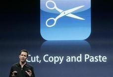 """<p>Scott Forstall, vice presidente senior di iPhone Software, presenta la nuova applicazione """"copia e incolla"""" del software iPhone OS 3.0, a Cupertino. REUTERS/Robert Galbraith</p>"""