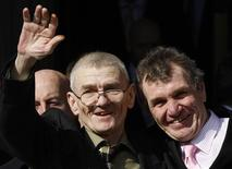 <p>Sean Hodgson (L) waves as he stands with his brother Peter outside the High Court in London March 18, 2009. REUTERS/Stephen Hird</p>