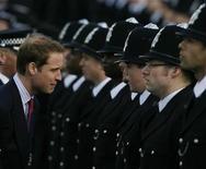 """<p>El príncipe Guillermo revisa un desfile de graduados de la escuela de policías de Hendon en el noroeste de Londres, 6 mar 2009. El príncipe Guillermo de Gran Bretaña dijo que su sueño de infancia era ser policía y reveló que tiene una """"cicatriz de Harry Potter"""" como resultado de un accidente mientras jugaba golf cuando era un niño. REUTERS/Andrew Winning</p>"""