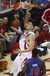 <p>Pivô chinês Yao Ming, durante partida do Houston Rockets, na quarta-feira, lidera a lista de celebridades chinesas, dominada por atletas. REUTERS/Richard Carson</p>