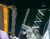 <p>L'astronauta Steve Swanson lavora alla Stazione spaziale internazionale. REUTERS/NASA TV</p>