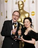 <p>Imagen de archivo de los ganadores del Oscar a Mejor Documental Ruby Yang y Thomas Lennon en Hollywood, 25 feb 2007. La cineasta Ruby Yang sabe que el documental sobre el sida con el que ganó un Oscar quizás nunca sea exhibido en China, donde fue filmado, pero le da igual. REUTERS/Mike Blake</p>