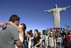 <p>Turisti sotto il Cristo Redentore che domina Rio de Janeiro. REUTERS/Cris Borges (BRAZIL)</p>