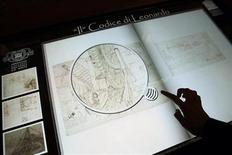 <p>Un libro electrónico en la Biblioteca Ambrosiana muestra el Codex Atlanticus de Leonardo Da Vinci en Milán, Italia, 23 mar 2009. Expertos han comenzado a desarmar los 12 volúmenes del Código Atlántico de Leonardo Da Vinci, con lo que esperan ayudar a preservar la mayor colección de dibujos y escritos del maestro italiano y permitir la exhibición de algunas de sus páginas. REUTERS/Alessandro Garofalo</p>