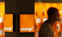 <p>France Télécom a répondu chiffres à l'appui aux attaques de ses deux principaux concurrents, Free et SFR, qui l'accusent d'utiliser sa position d'opérateur historique pour prendre de l'avance dans la fibre optique et sa force de frappe financière pour développer des offres de contenus exclusifs. /Photo d'archives/REUTERS/Eric Gaillard</p>