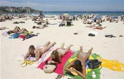 <p>A woman talks with her friends during a sunny morning at Bondi beach in Sydney, December 30, 2008. REUTERS/Daniel Munoz</p>