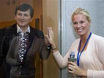 <p>El magnate estadounidense de origen húngaro Charles Simonyi junto a su esposa Lisa Persdotter en el cosmódromo de Baikonur, Kazajistán, 25 mar 2009. Simonyi partirá el jueves hacia el espacio a bordo de un cohete ruso para entrar a la historia como el primer turista espacial que realiza la odisea dos veces. REUTERS/Shamil Zhumatov</p>