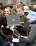 <p>Ragazzi al portatile. REUTERS</p>
