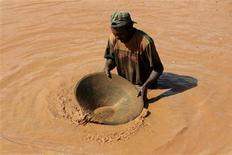 <p>Local miner Cesar Abac uses a wooden bowl and mercury to pan for gold near at the village of Las Cristinas, southern Bolivar State, January 30, 2009. REUTERS/Henry Romero</p>
