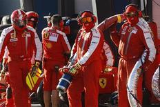 <p>Equipe da Ferrari esperando pelos carros durante a classificação para o Grande Prêmio de F1 da Austrália, em Melbourne. REUTERS/Rob Griffith</p>