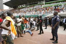 <p>Болельщики жалуются службе безопасности стадиона Houphouet-Boigny после давки на матче с Малави 29 марта 2009 года.По меньшей мере 19 человек погибли в давке на матче отборочного цикла чемпионата мира по футболу между Кот-д'Ивуаром и Малави, сообщили представители властей страны. REUTERS/Luc Gnago</p>