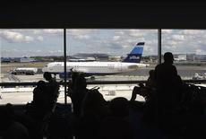 <p>Usa, uomo vola da New York a Boston nella stiva tra i bagagli. REUTERS/Joshua Lott</p>