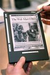 <p>Leitor de livros digitais iLiad é exibido em Paris. O crescente número de modelos de aparelhos que exibem livros eletrônicos pode ajudar a derrubar os preços e promover as vendas, tornando esses dispositivos portáteis a nova geração de produtos eletrônicos de compra obrigatória.</p>