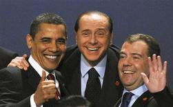 <p>De izquierda a derecha: el presidente estadounidense, Barack Obama, el primer ministro italiano, Silvio Berlusconi, y el presidente ruso, Dmitry Medvedev, durante la cumbre del G-20 en Londres. 2 abr 2009. Los diarios italianos arremetieron el viernes contra el primer ministro Silvio Berlusconi por alarmar a la reina Isabel II al gritar al presidente de Estados Unidos después de una foto de grupo de los líderes del G-20. REUTERS/Stringer</p>