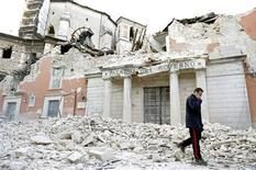 <p>An Italian military carabinieri walks on debris past destroyed buildings after an earthquake, in downtown Aquila April 6, 2009. REUTERS/Alessandro Bianchi</p>
