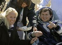 <p>Un médico examina la presió sanguínea del estadounidense Charles Simonyi mientras su esposa Lisa Persdotter sonría tras su regreso a la Tierra, en Kazajistán, 8 abr 2009. Una cápsula espacial rusa Soyuz que transportaba al multimillonario estadounidense Charles Simonyi y a una tripulación ruso-estadounidense aterrizó sin problemas el miércoles a las 0716 GMT en el centro de Kazajistán. REUTERS/Mikhail Metzel/Pool</p>