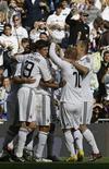 <p>Jogadores do Real Madrid comemoram um gol contra o Valladolid em Madri. 12/04/2009. REUTERS/Juan Medina</p>