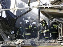<p>Пожарные разбирают завалы на месте сгоревшего общежития в польском городе Камень-Поморски 13 апреля 2009 года. В результате пожара в общежитии на северо-западе Польши как минимум 18 человек погибли и 20 человек пострадали, сообщило новостное агентство PAP в понедельник. REUTERS/Marcin Bielecki/FORUM</p>