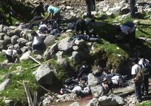 <p>Раненые и погибшие в результате обрыва подвесного моста лежат на дне оврага в Коракоре в Перу 13 апреля 2009 года. Подвесной мост, на котором находилась группа школьников, оборвался в Перу в понедельник: 9 человек погибли, десятки тех, кто провалился в овраг, глубиной около 70 метров, пострадали, сообщил мэр горного города Коракора. REUTERS/Stringer</p>