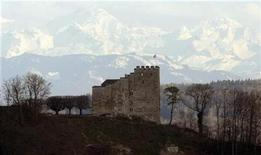 <p>The Alps of the Bernese Oberland are seen in a distance of around 90 kilometres behind Schloss Habsburg castle near the village of Habsburg west of Zurich April 13, 2008. REUTERS/Arnd Wiegmann</p>