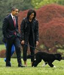 <p>I coniugi Obama con il loro nuovo cane. REUTERS/Jim Young (UNITED STATES POLITICS ANIMALS SOCIETY)</p>