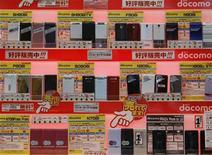 <p>Cellulari smartphone in vendita in un negozio a Tokyo. REUTERS/Kim Kyung-Hoon (JAPAN)</p>