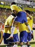 <p>Jogadores da seleção brasileira comemoram após vitória contra o Peru nas eliminatórias da Copa em Porto Alegre. 01/04/2009. REUTERS/Sergio Moraes</p>